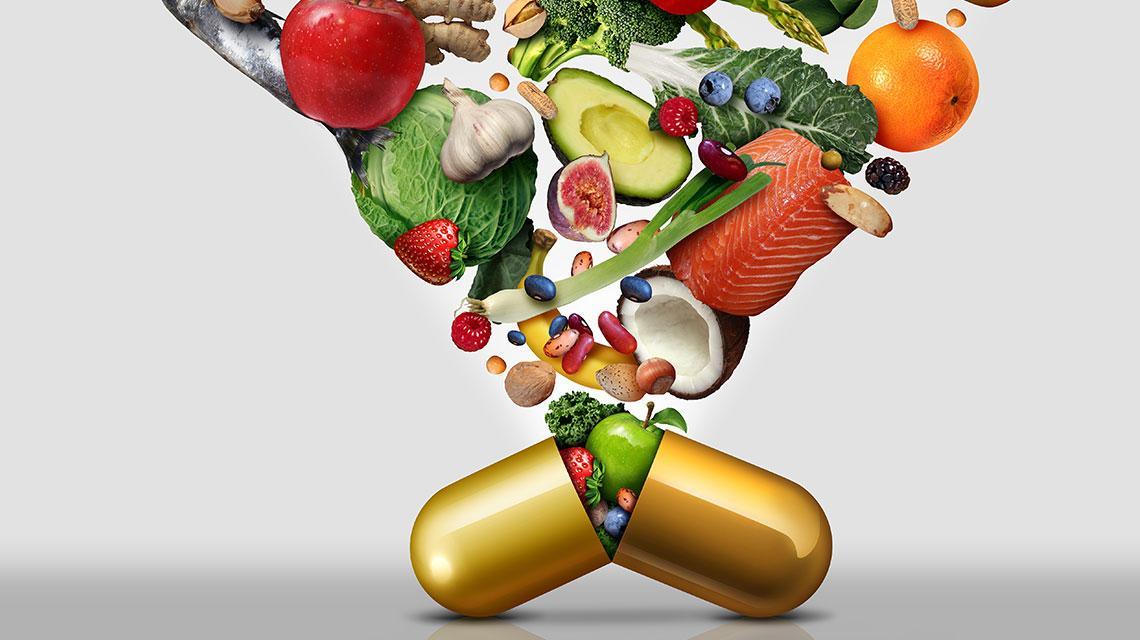 Superfoods fallen von oben herab und sammeln sich in einer Tablette